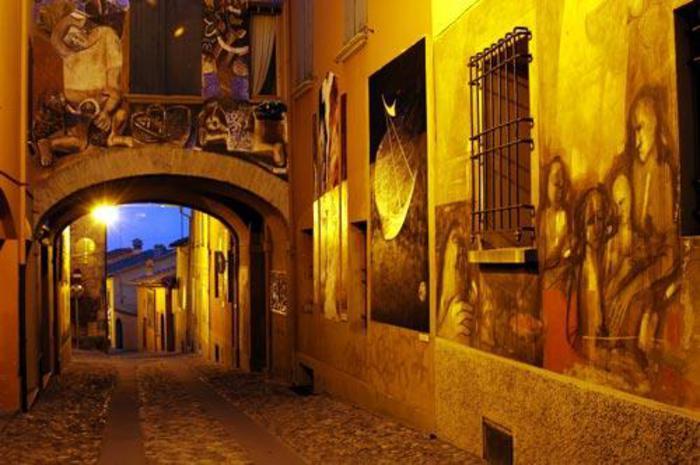 Illuminazione serale delle opere della XXV Biennale del Muro Dipinto di Dozza
